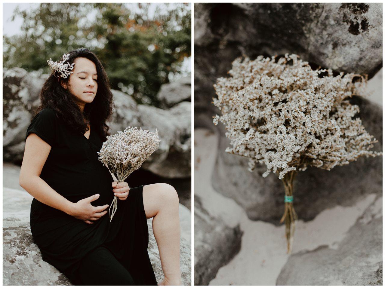 seance-maternité-nature-femme-enceinte-assise-rocher-détail-fleurs