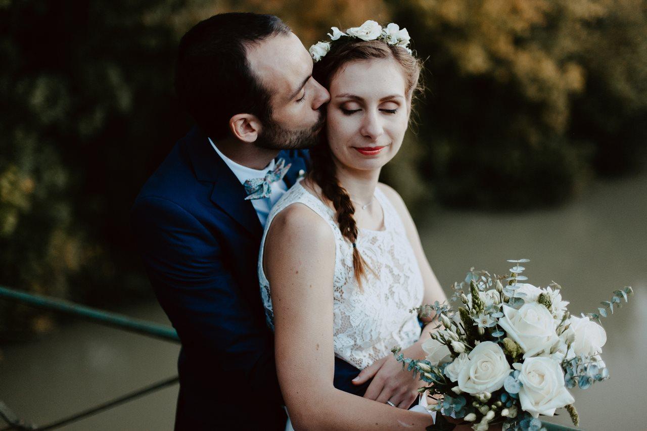 Photographie mariage nature mariés bisous