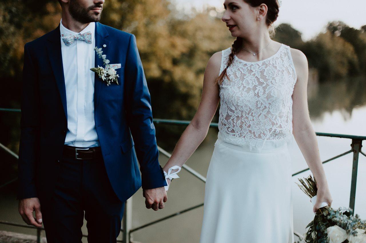 Mariage champêtre photo mariés costume marié et robe de mariée