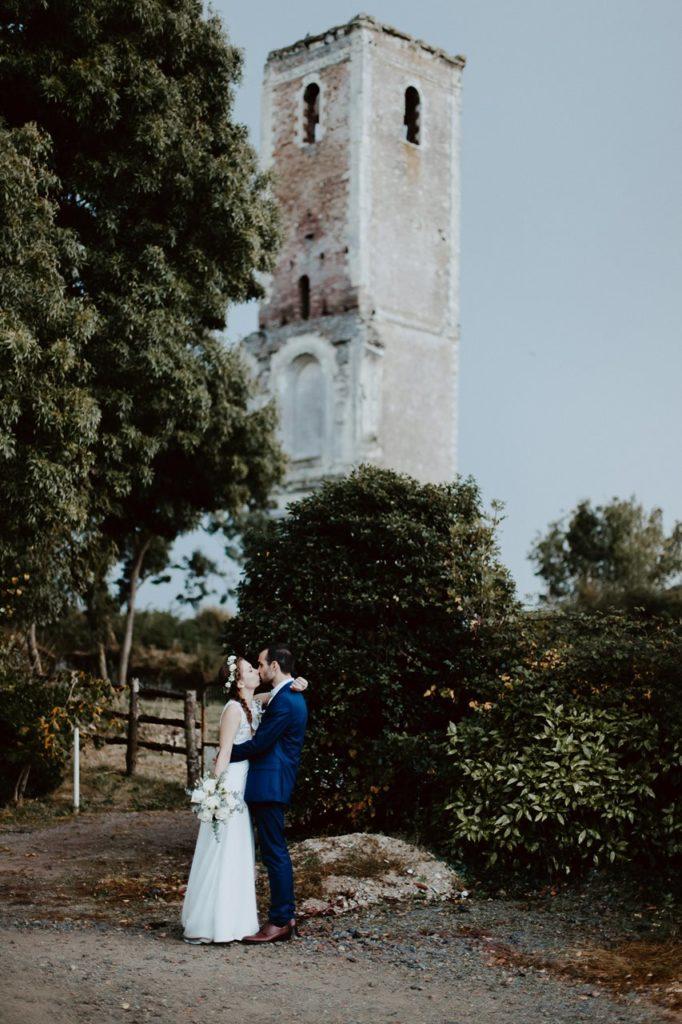 Mariage champêtre portrait mariés bisou