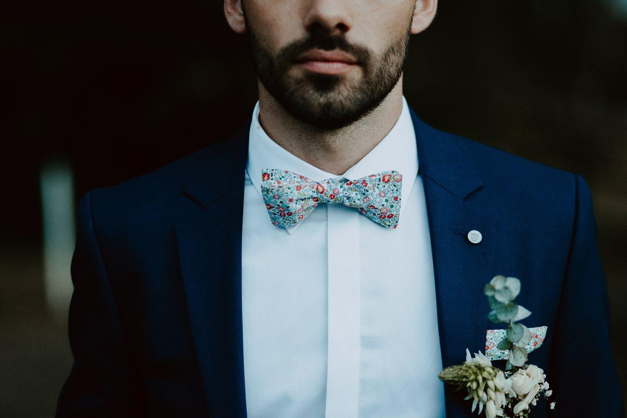 Mariage champêtre portrait marié costume izac noeud papillon coquericonantes