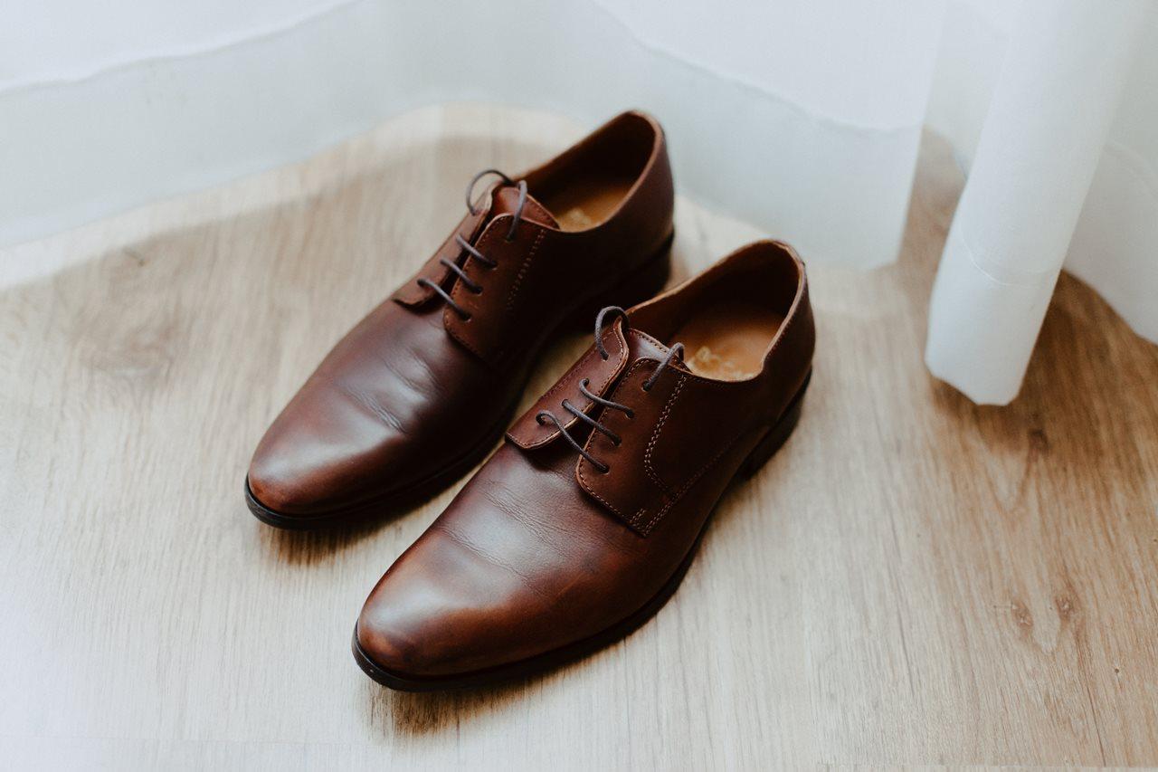 Photographie mariage préparation chaussures du marié