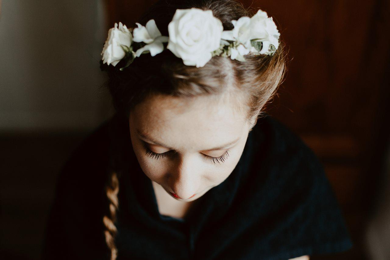 Photographie mariage préparation de la mariée portrait couronne de fleurs
