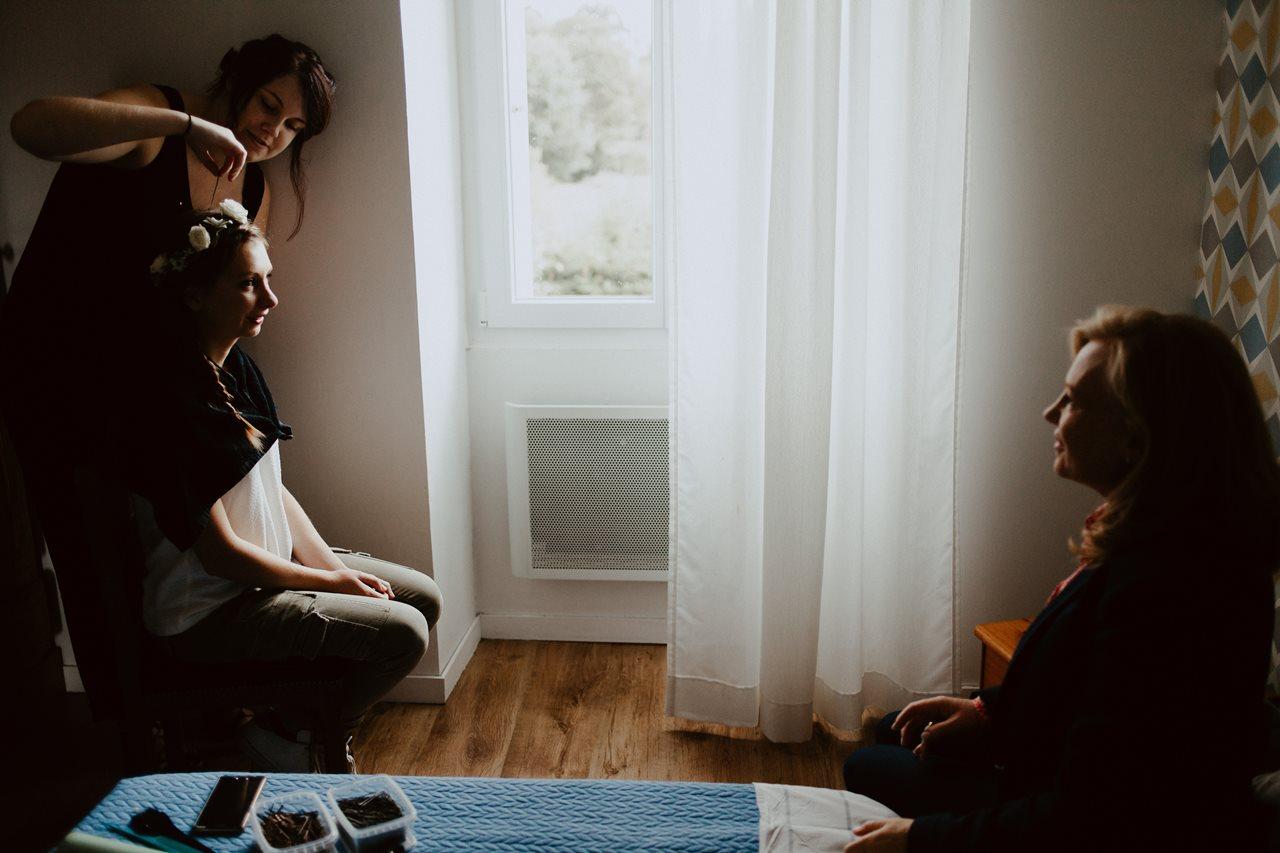 Photographie mariage préparation de la mariée coiffure ombres lumières