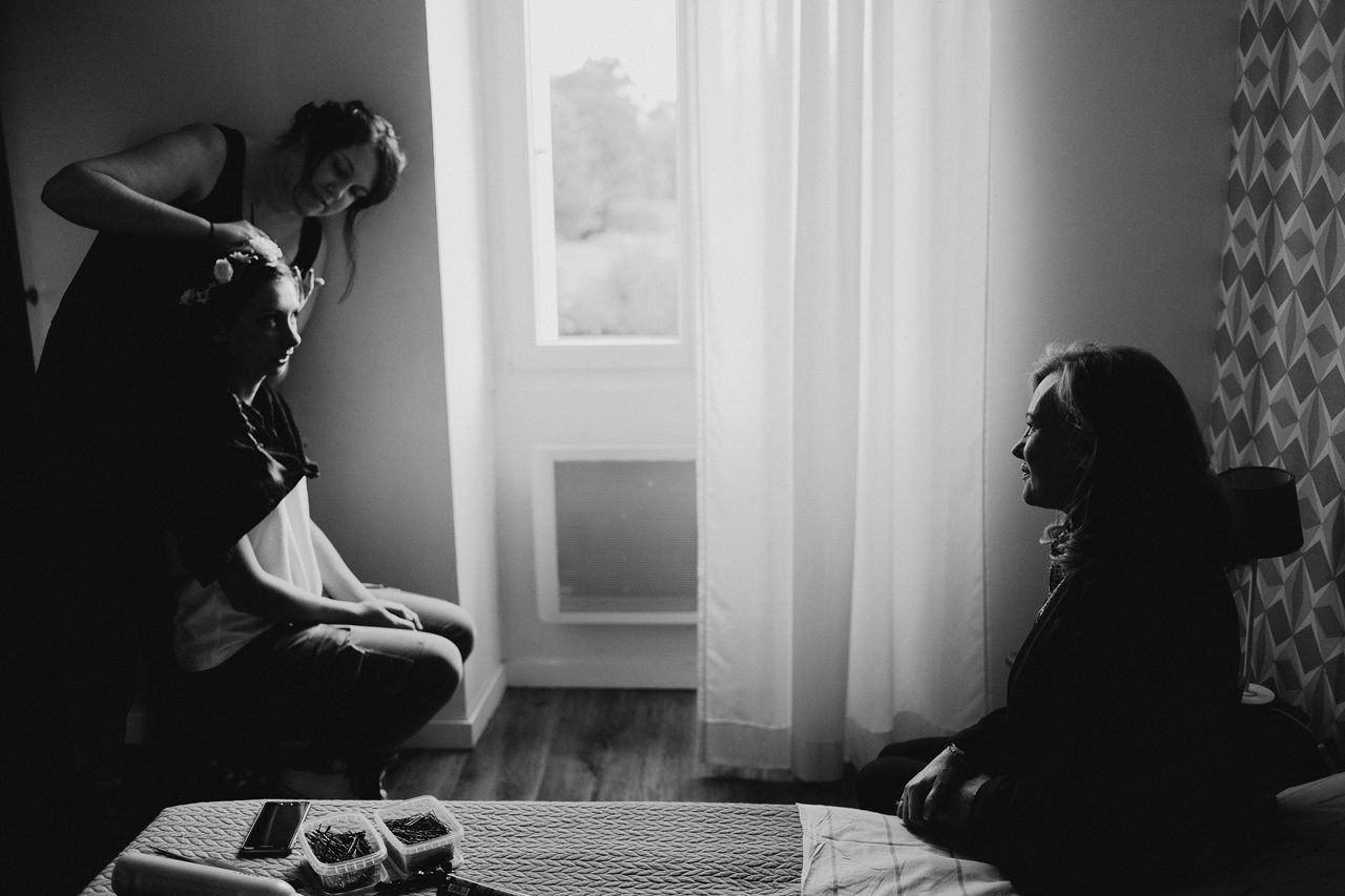 Photographie mariage préparation de la mariée ombres et lumières noir et blanc