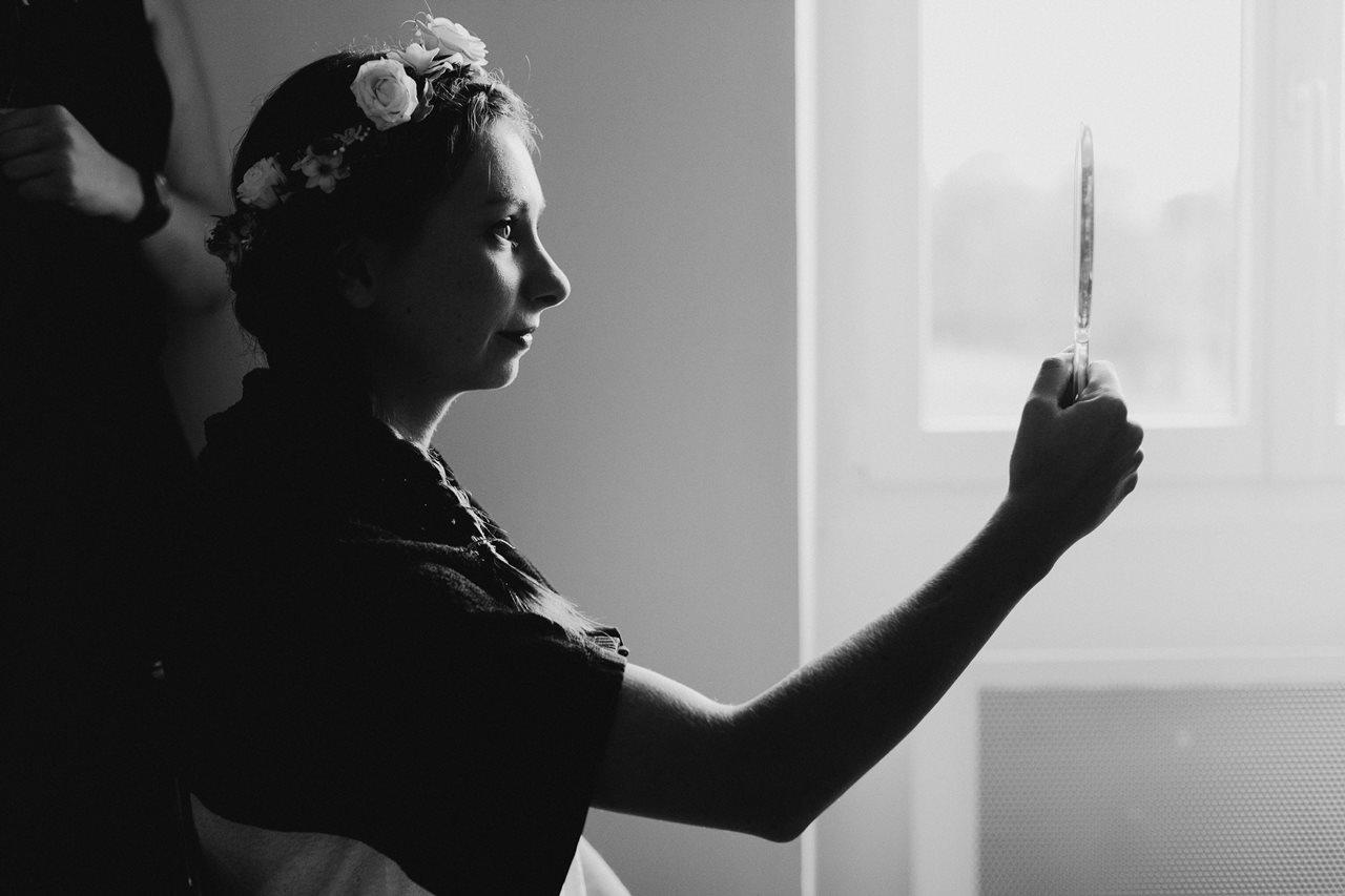 Photographie mariage préparation de la mariée portrait noir et blanc