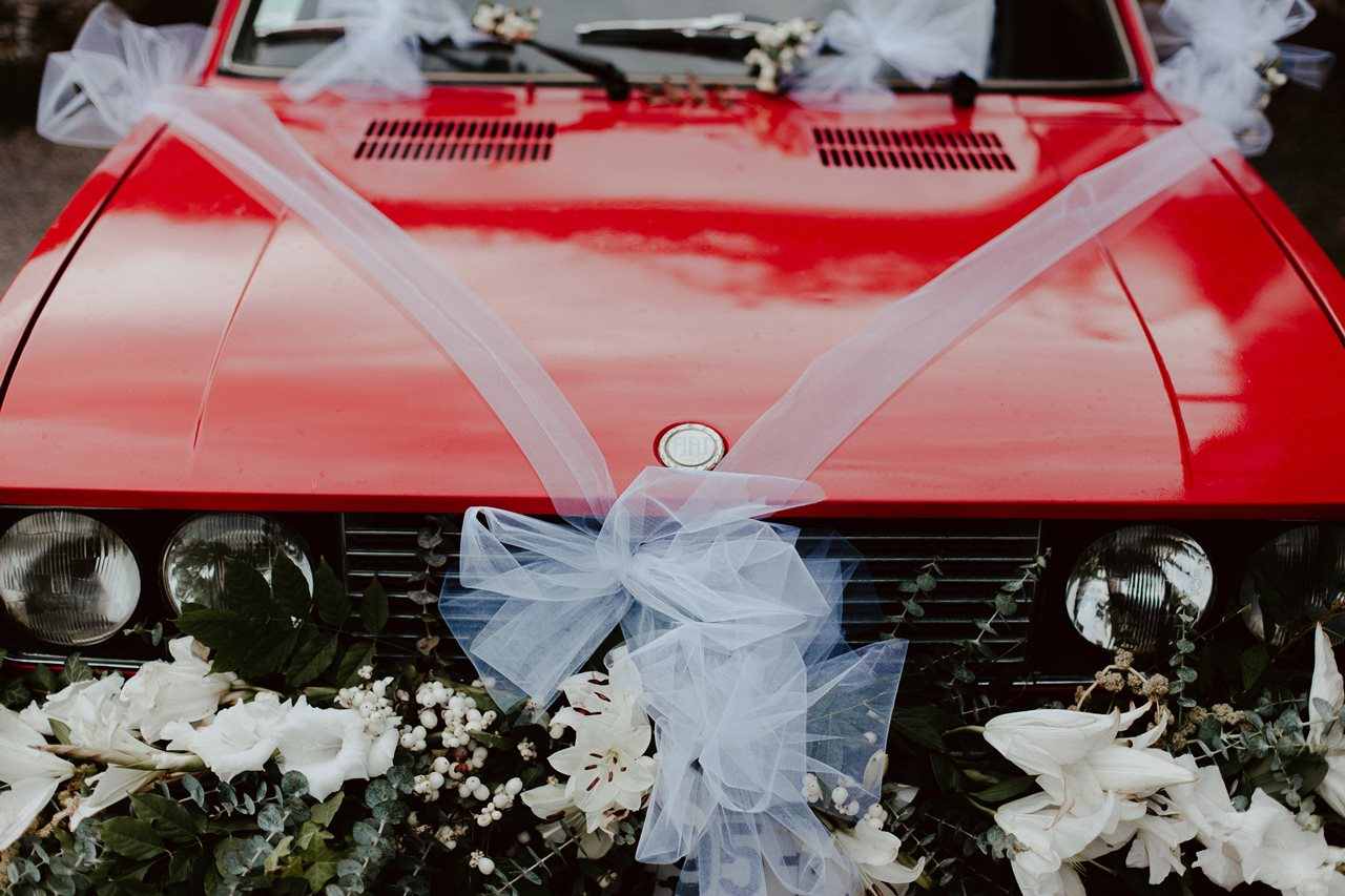 Photographie mariage ancienne voiture rouge