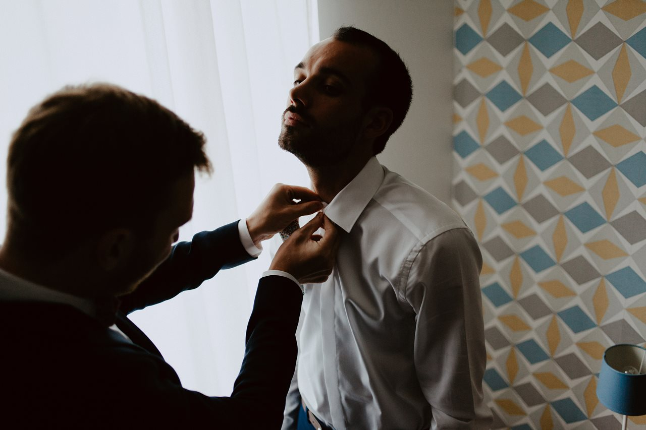 Photographie mariage préparation marié témoin chemise