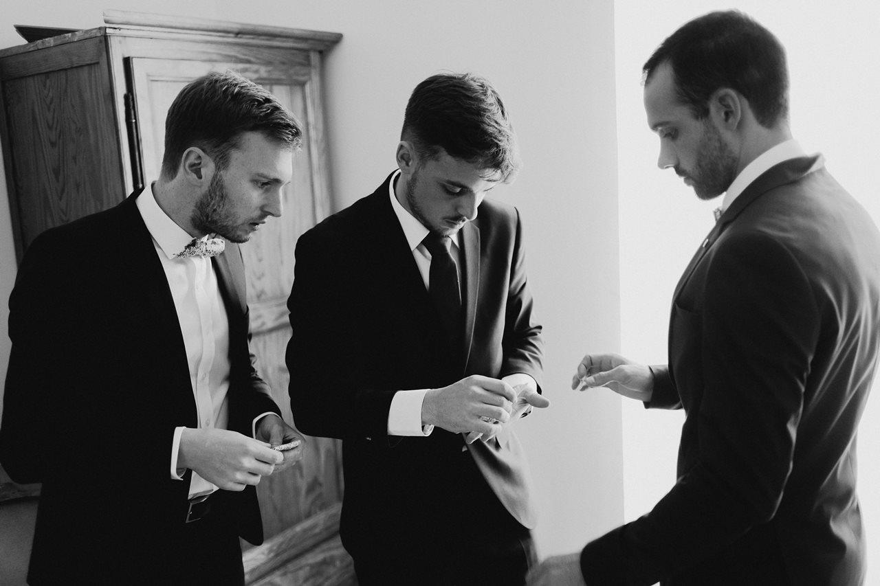 Photographie mariage préparation marié témoins noir et blanc