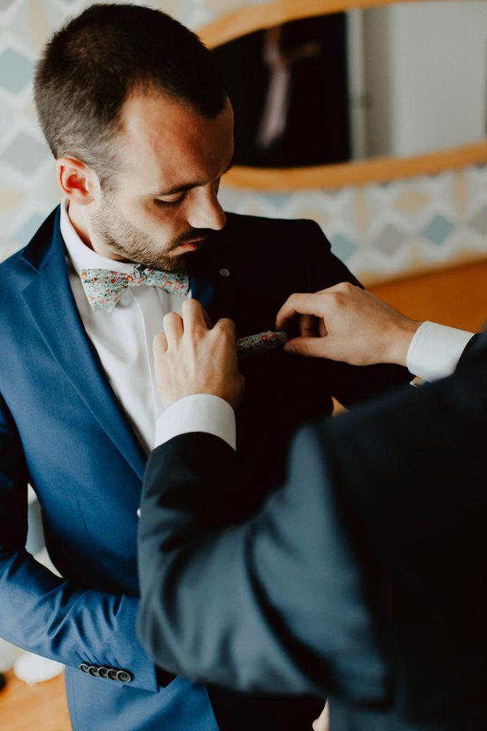 Photographie mariage préparation marié costume izac