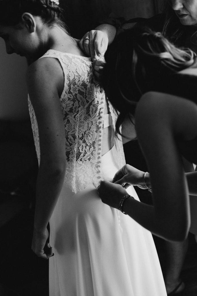 Photographie mariage préparation robe mariée détails noir et blanc