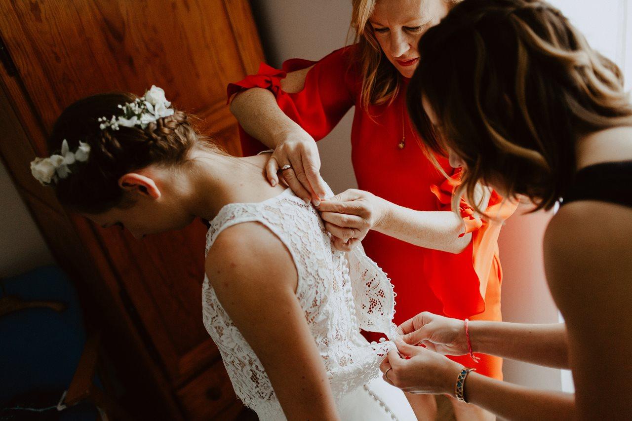 Photographie mariage préparation robe mariée