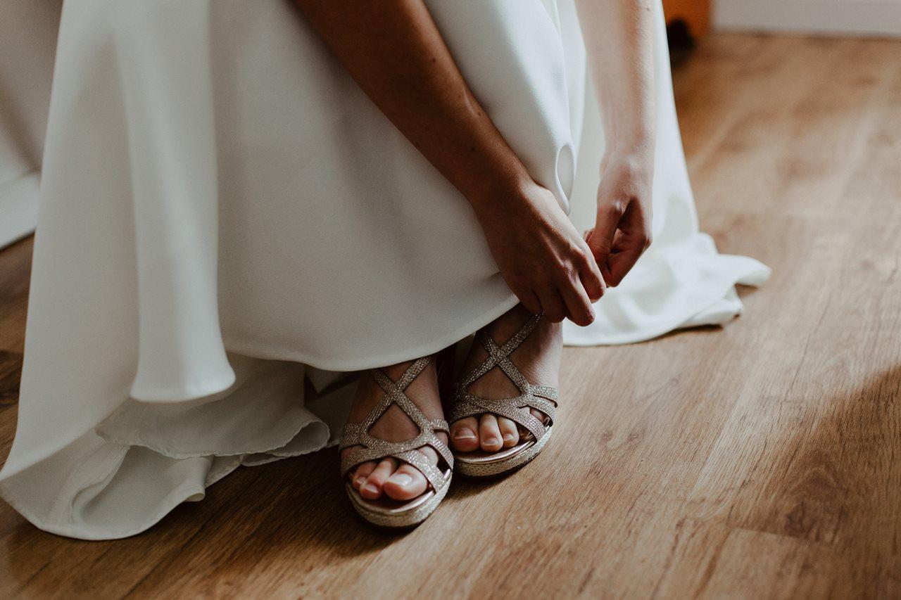 Photographie mariage préparation chaussure mariée