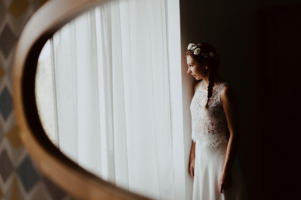 Photographie mariage préparation portrait mariée fenêtre miroir