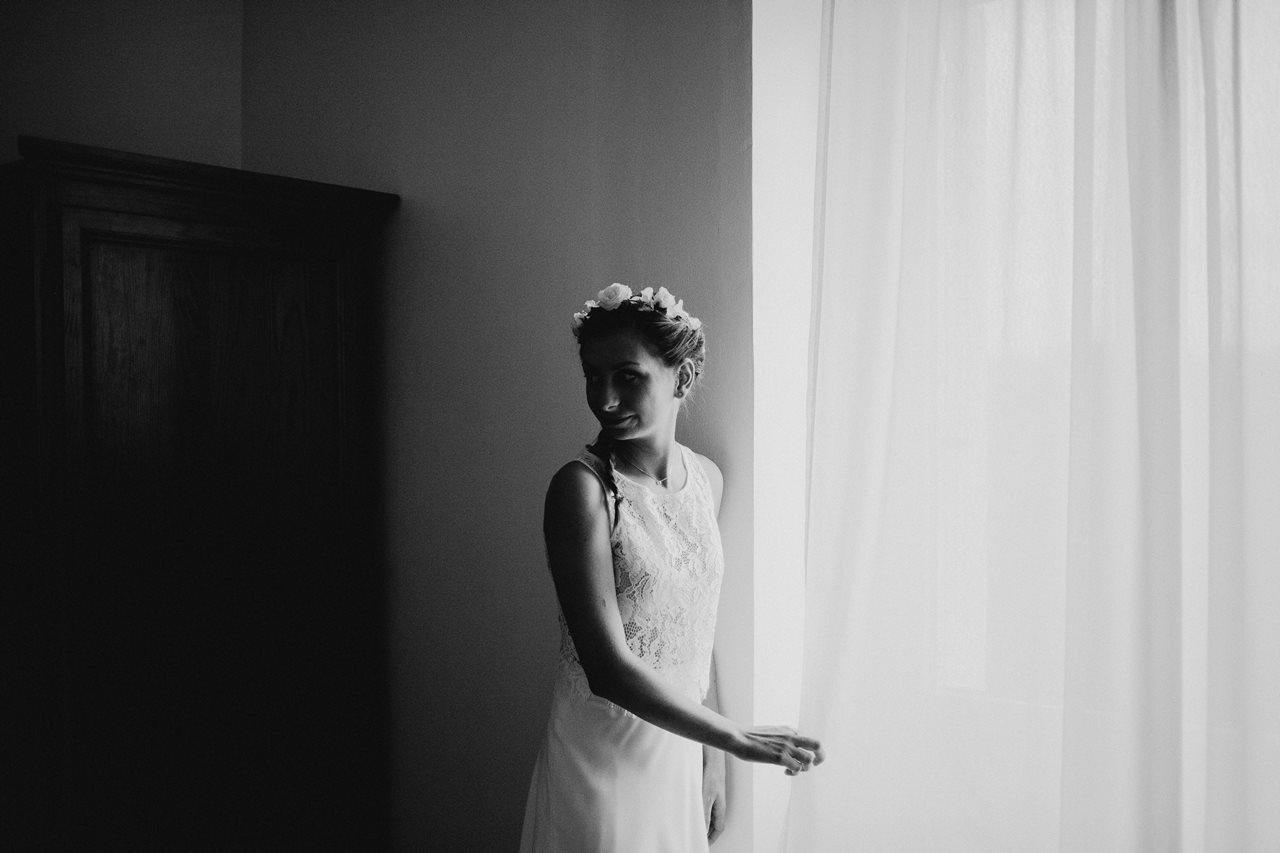 Photographie mariage préparation portrait mariée fenêtre noir et blanc