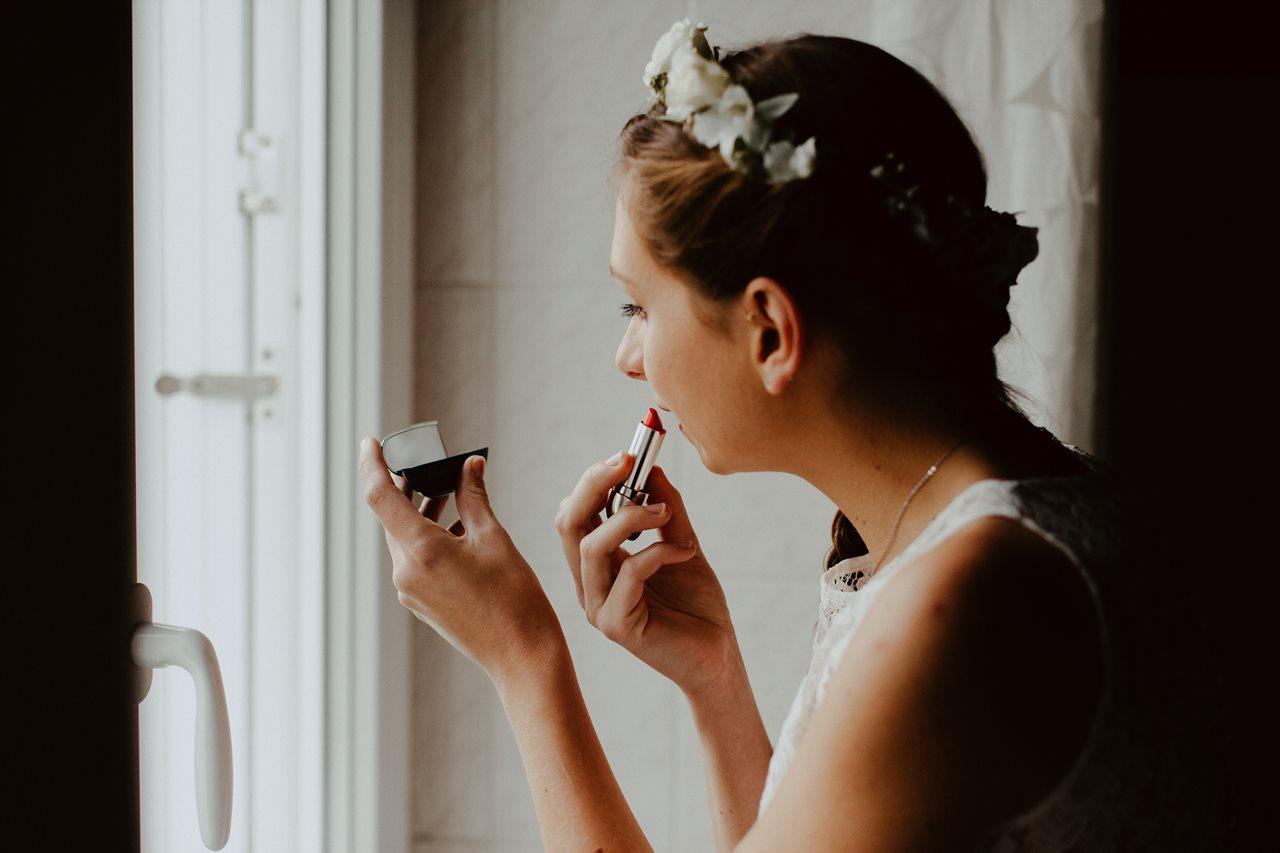 Photographie mariage préparation mariée maquillage rouge à lèvre