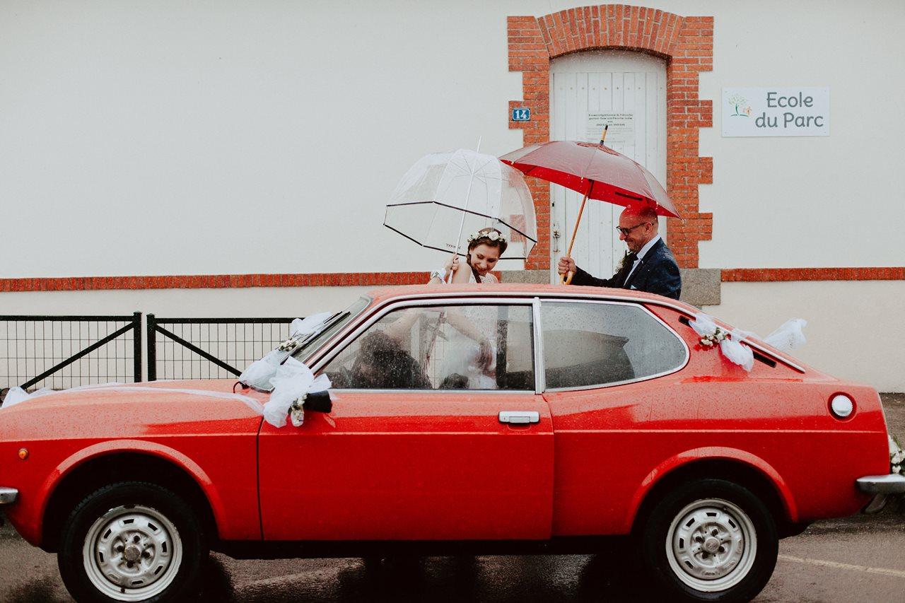 Photo mariage arrivée mairie voiture ancienne pluie parapluie