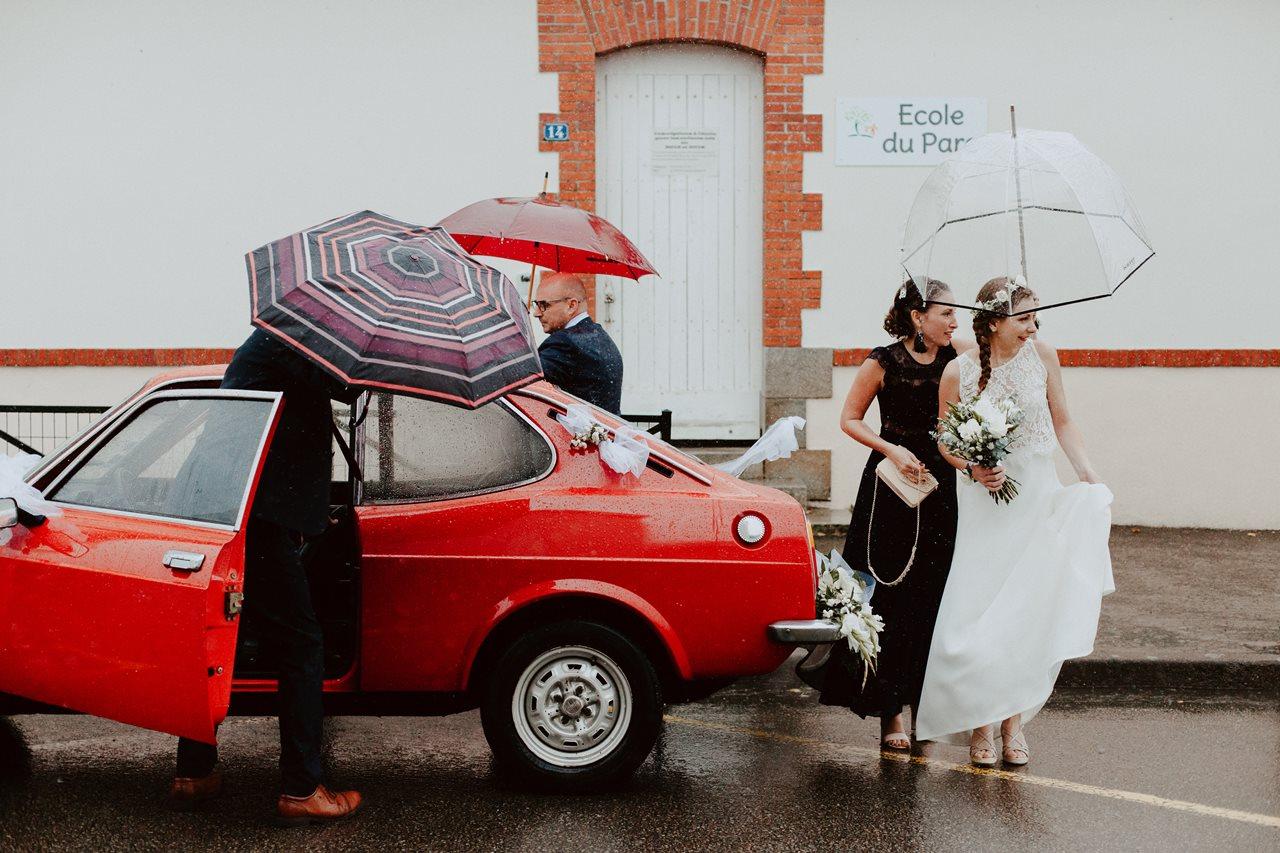 Photo mariage arrivée mariée mairie voiture ancienne pluie parapluie