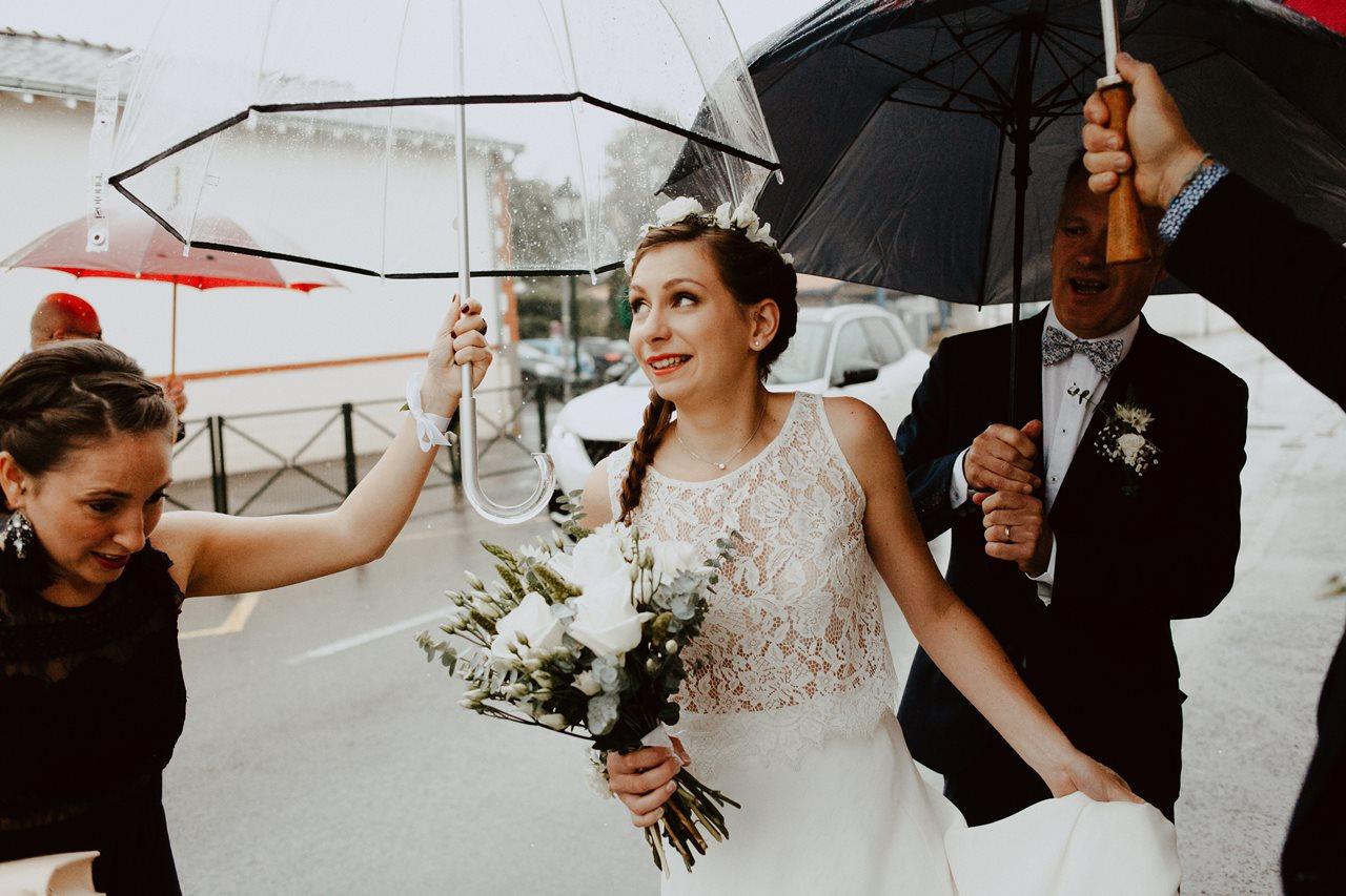 Photo mariage arrivée mariée mairie parapluies