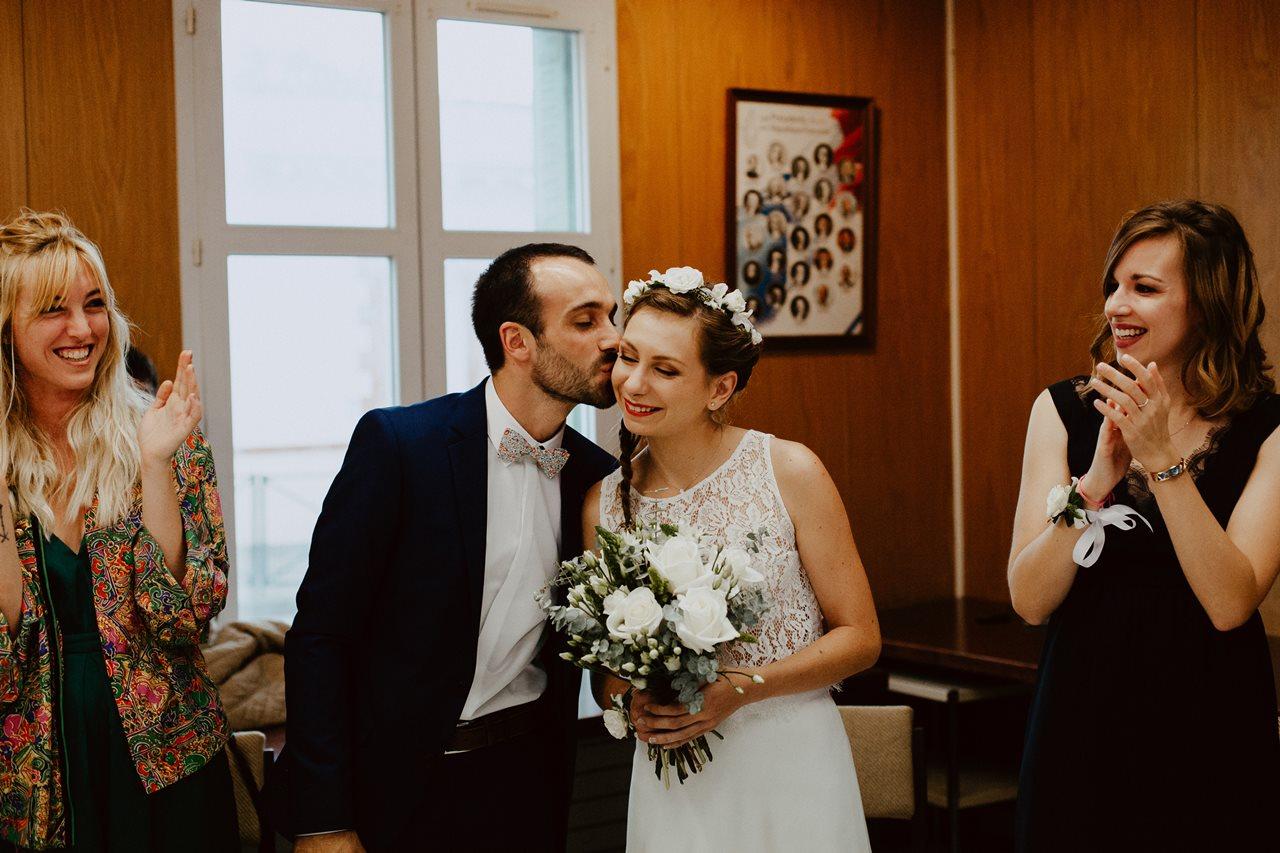 Photo mariage mairie mariés bisou