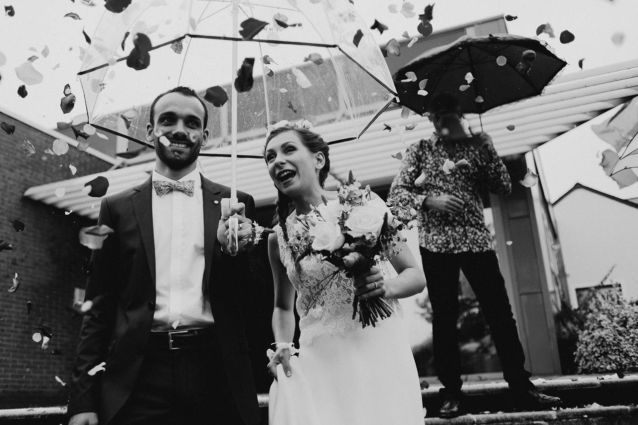 Photo mariage sortie marie parapluie noir et blanc