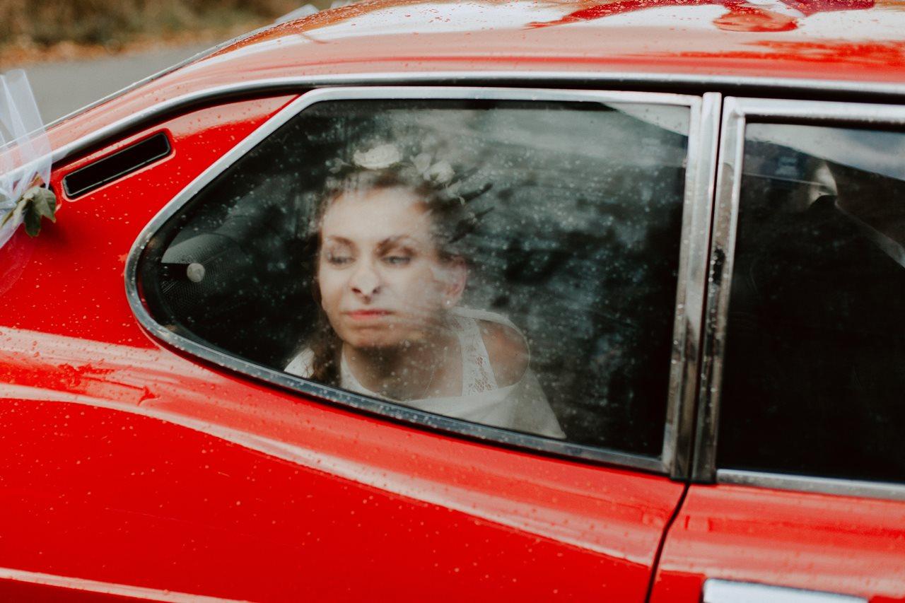 Mariage champêtre guermiton portrait mariée voiture grimace