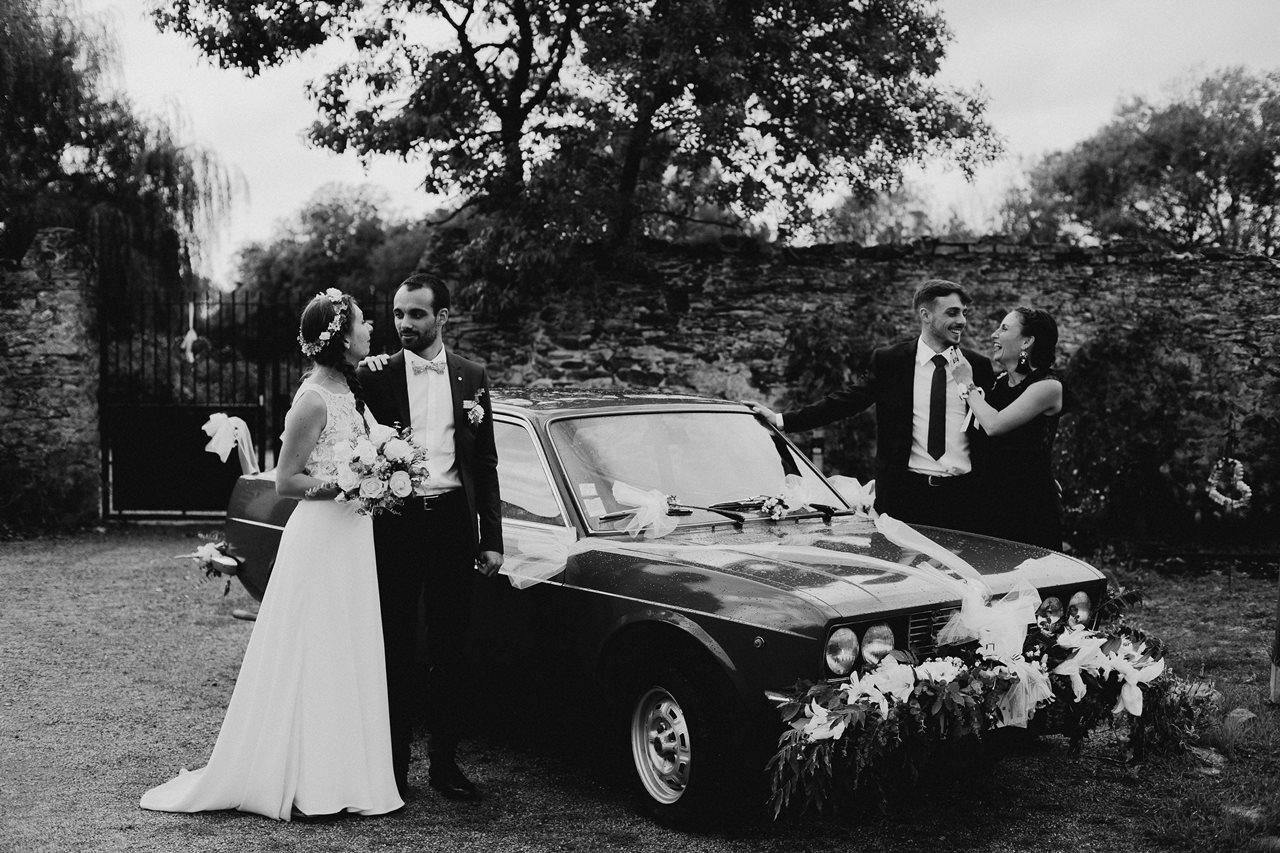 Mariage champêtre guermiton photo groupe voiture ancienne noir et blanc