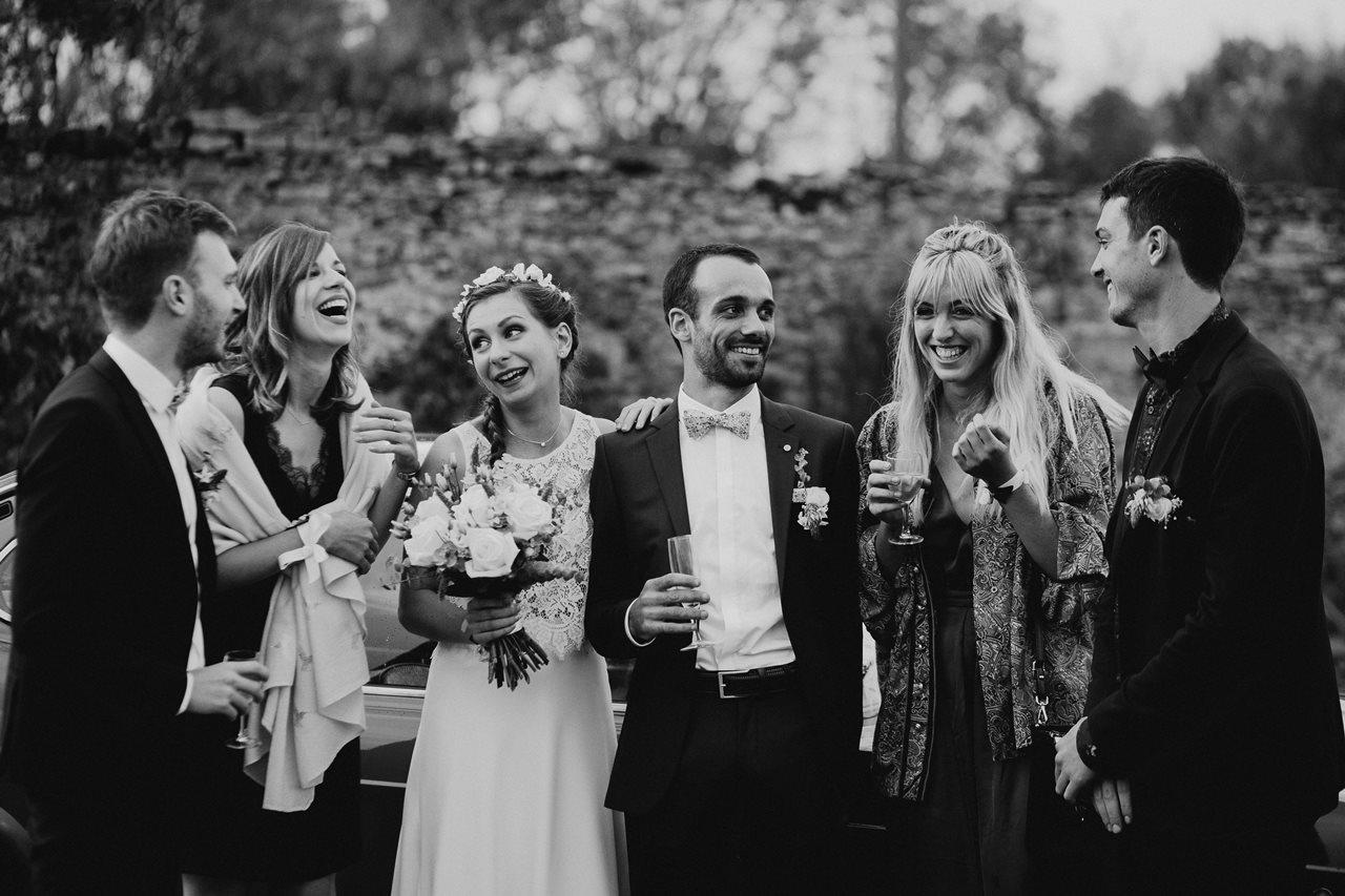 Mariage champêtre guermiton photo de groupe témoins noir et blanc