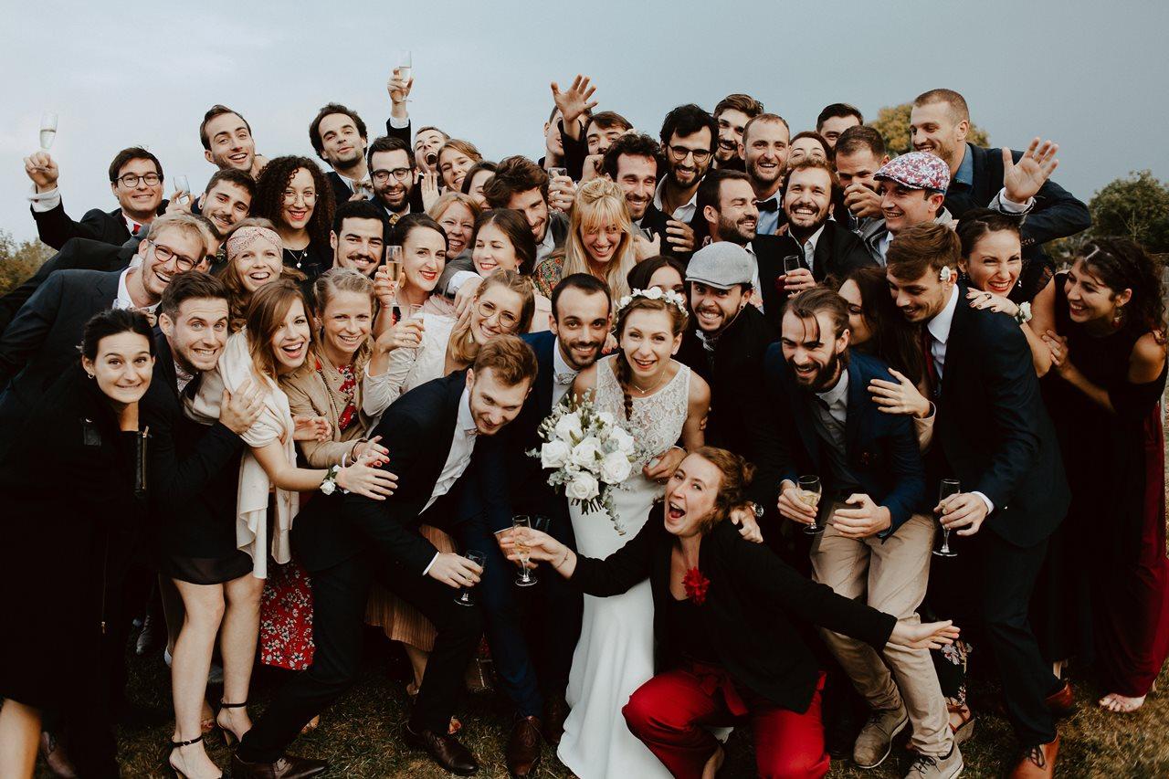 Mariage champêtre guermiton photo de groupe copains fun