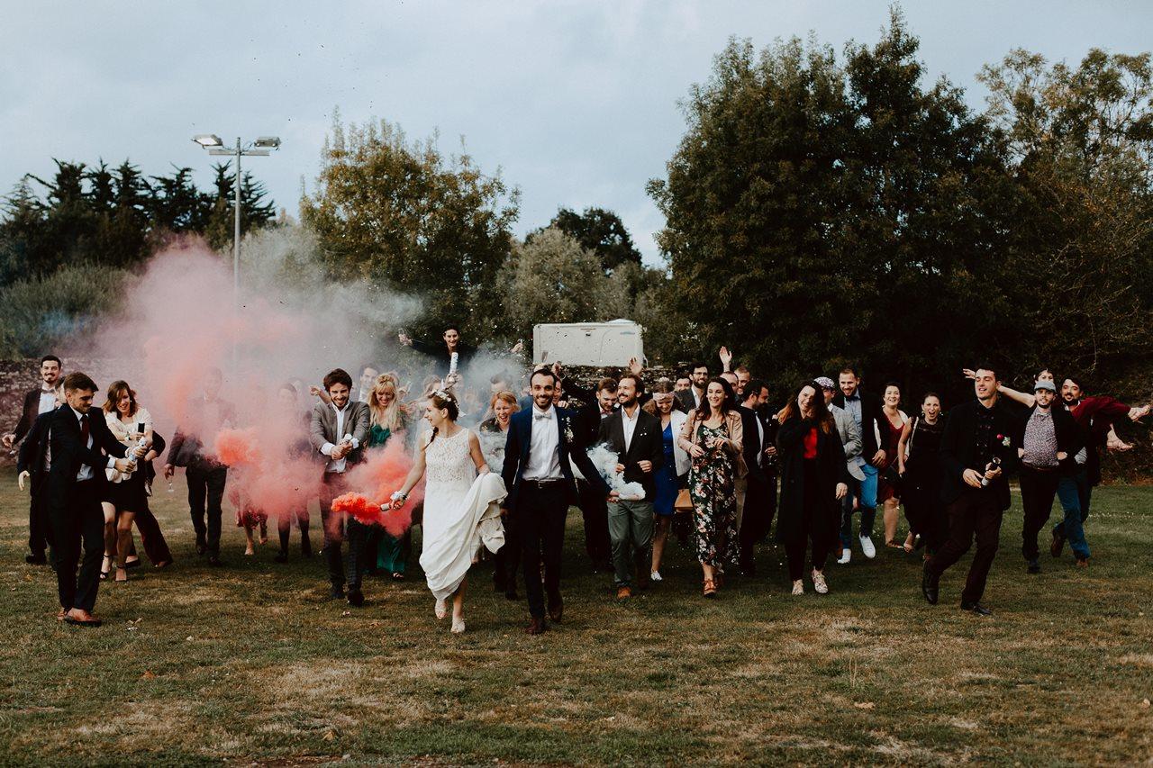 Mariage champêtre guermiton photo de groupe copains course fumigène