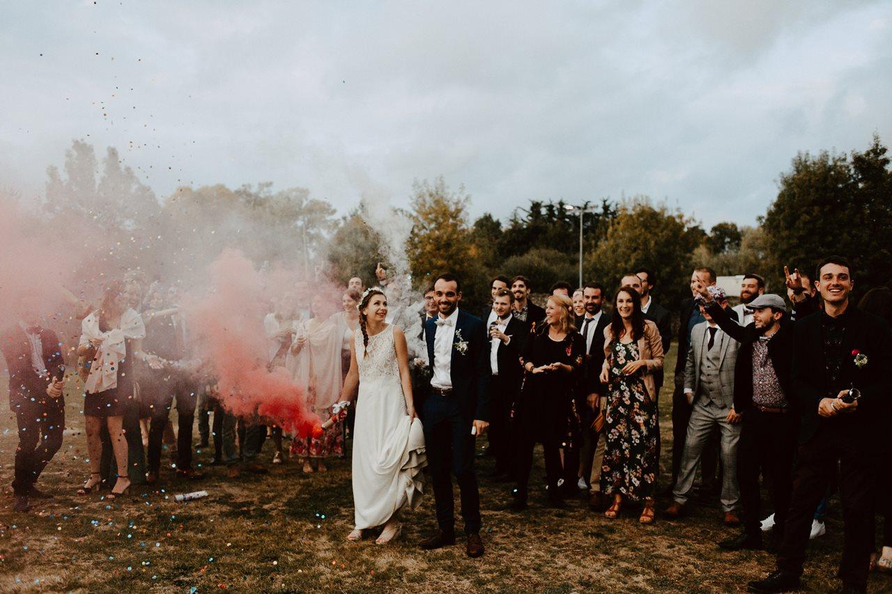 Mariage champêtre guermiton photo de groupe copains fumigène