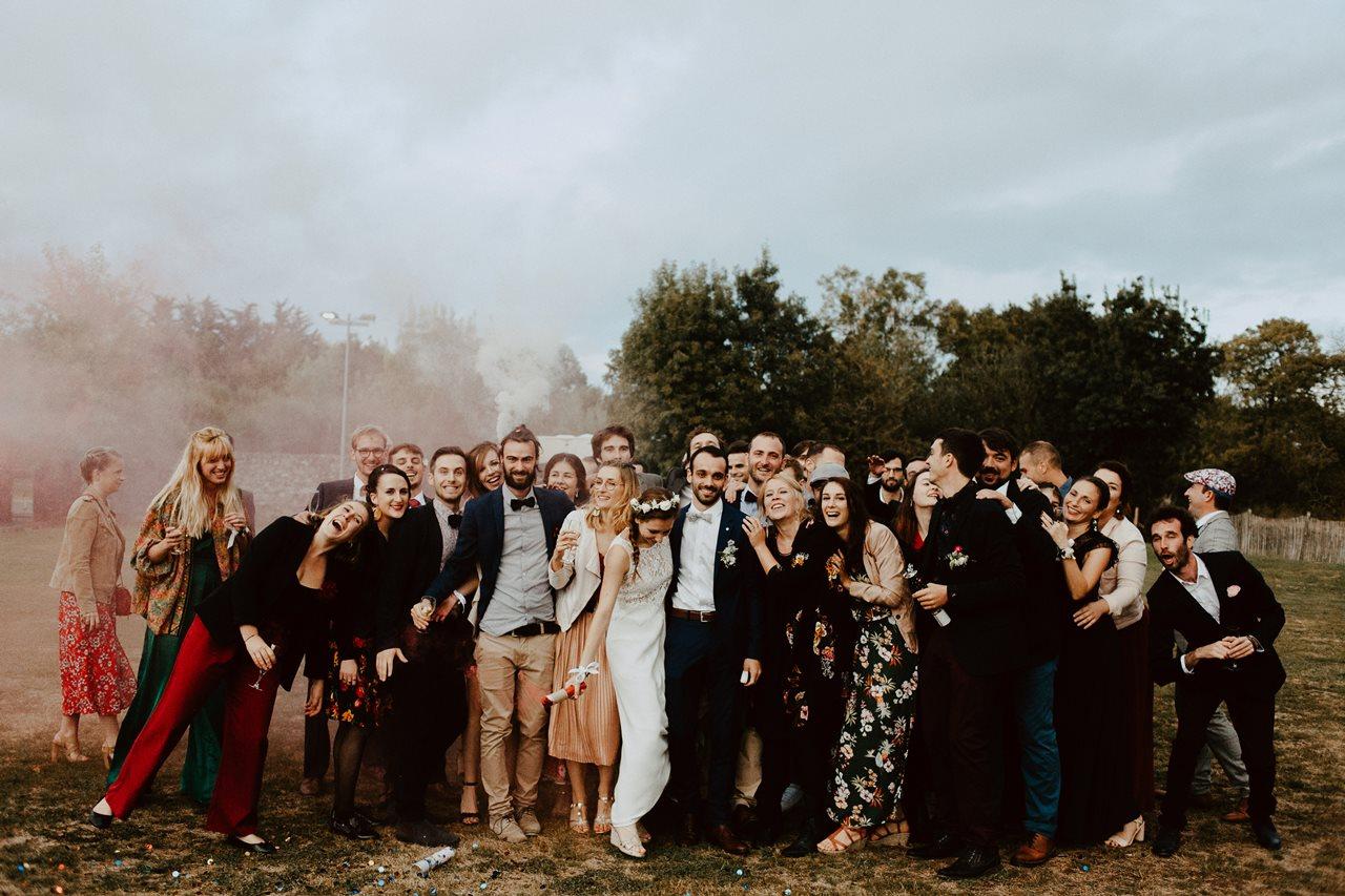 Mariage champêtre guermiton photo de groupe copains fumigène fun