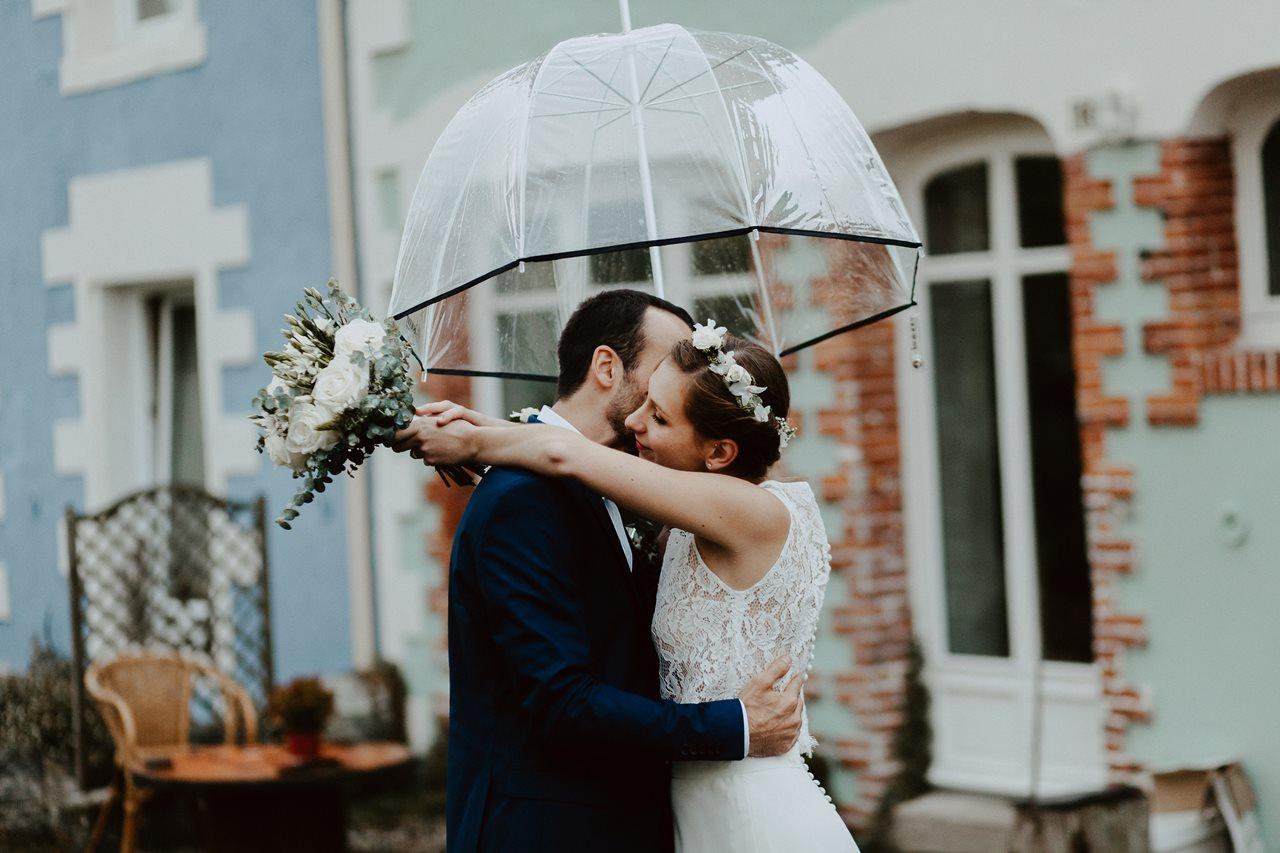 Mariage champêtre photo mariés bisou parapluie
