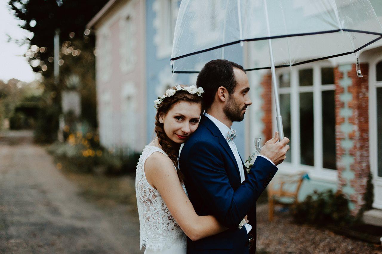 Mariage champêtre portrait mariés parapluie