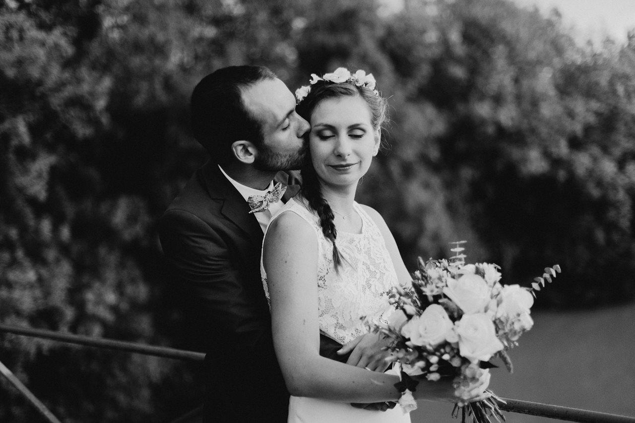 Mariage champêtre photo mariés bisou noir et blanc