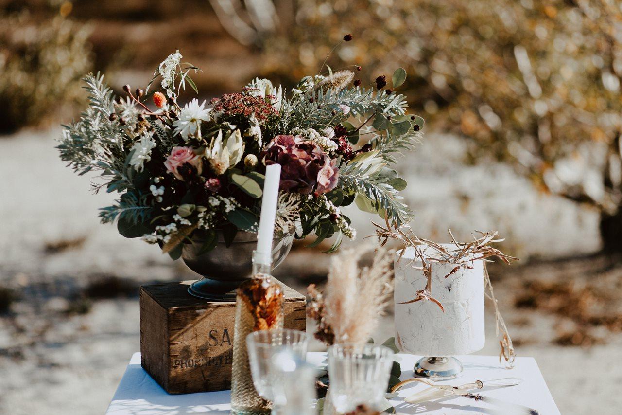 mariage nude désert table mariage détail décoration fleurs Blodie bonnor gâteau mariage Petite Douce