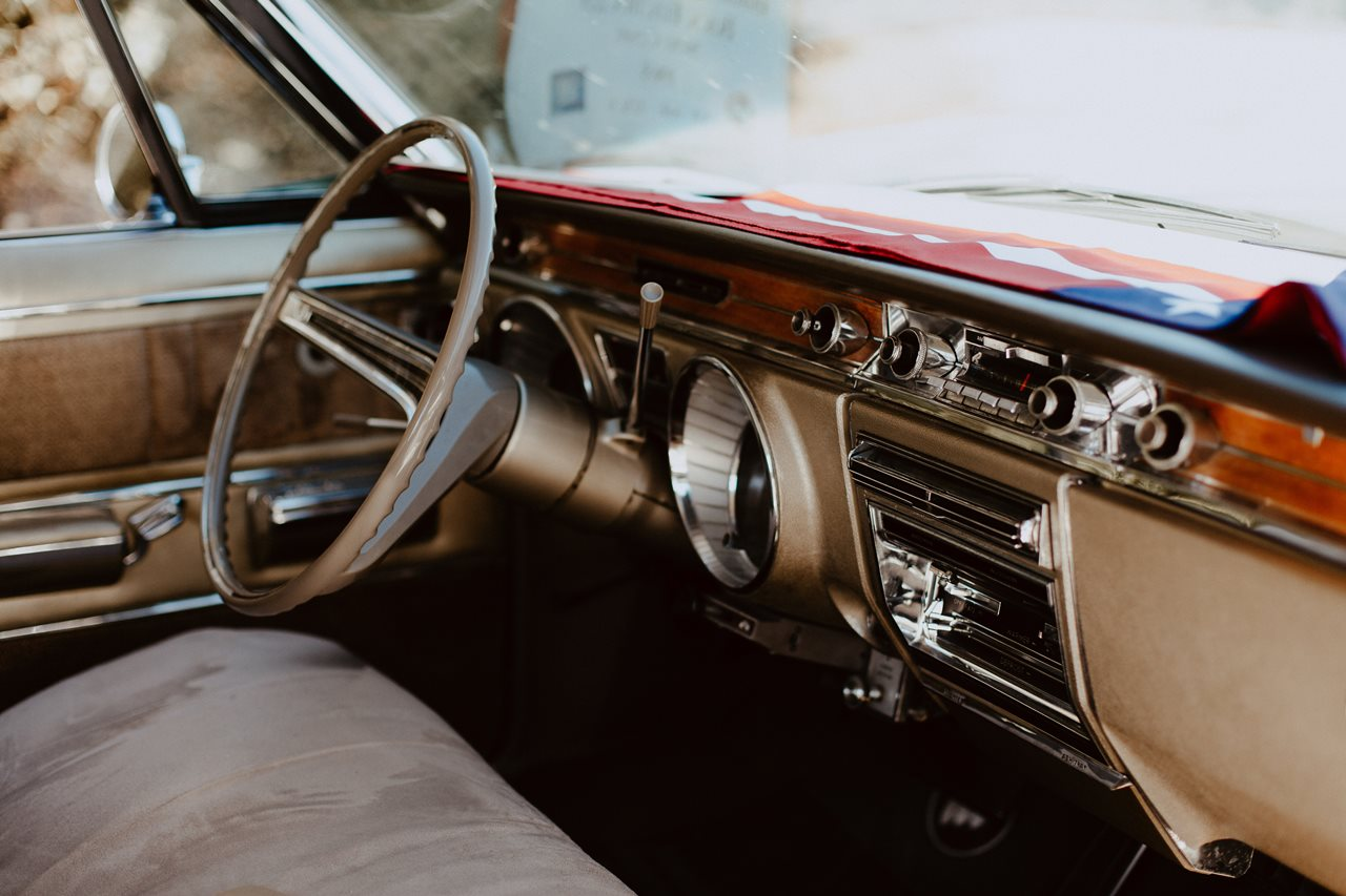 mariage nude désert voiture buick electra 225 intérieur
