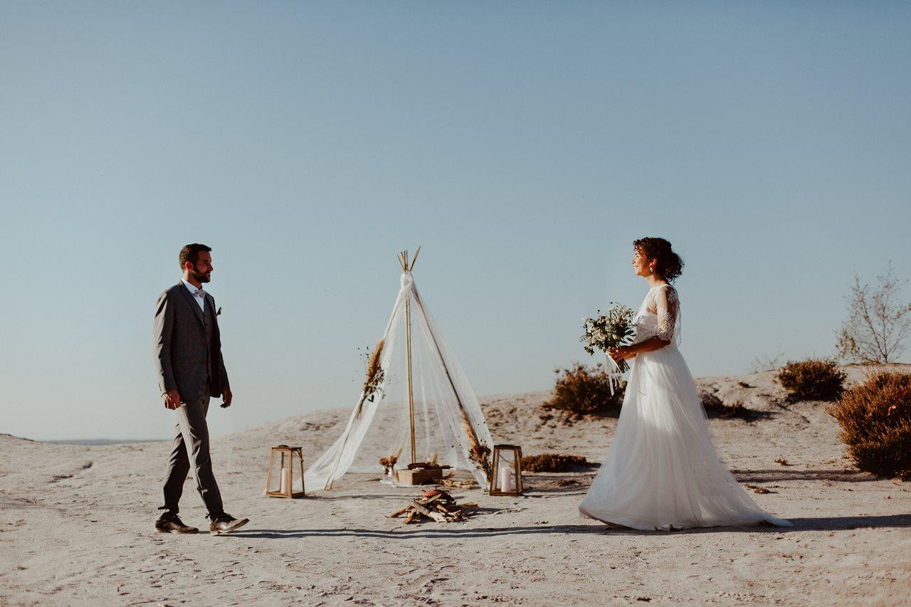 mariage nude désert arrivée mariés cérémonie laïque tipi