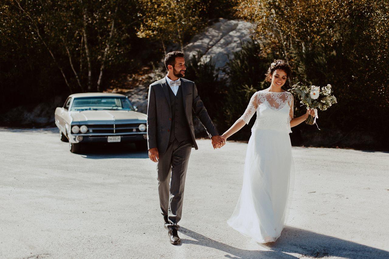 mariage nude désert mariés main dans la main devant vieille voiture buick electra 225