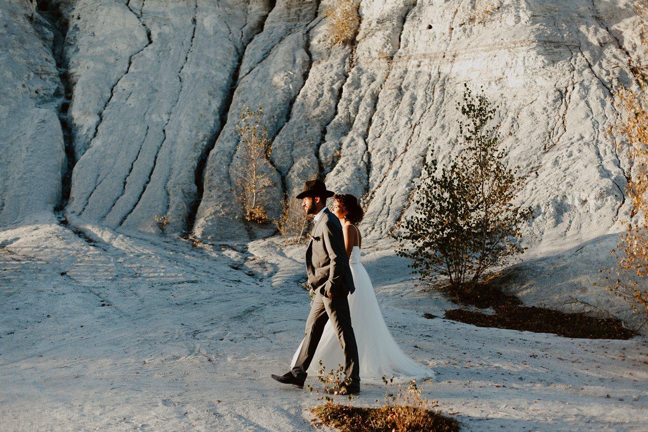 mariage nude désert séance couple mariés promenade