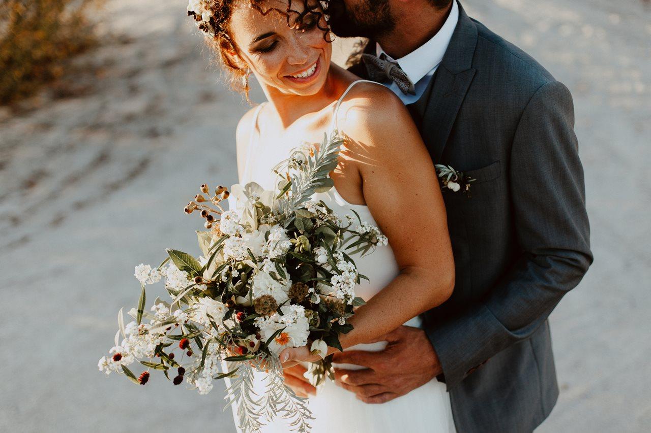mariage nude désert séance couple mariés fleurs Elodie Bonnor