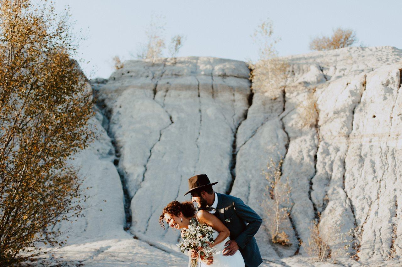 mariage nude désert séance couple mariés rires