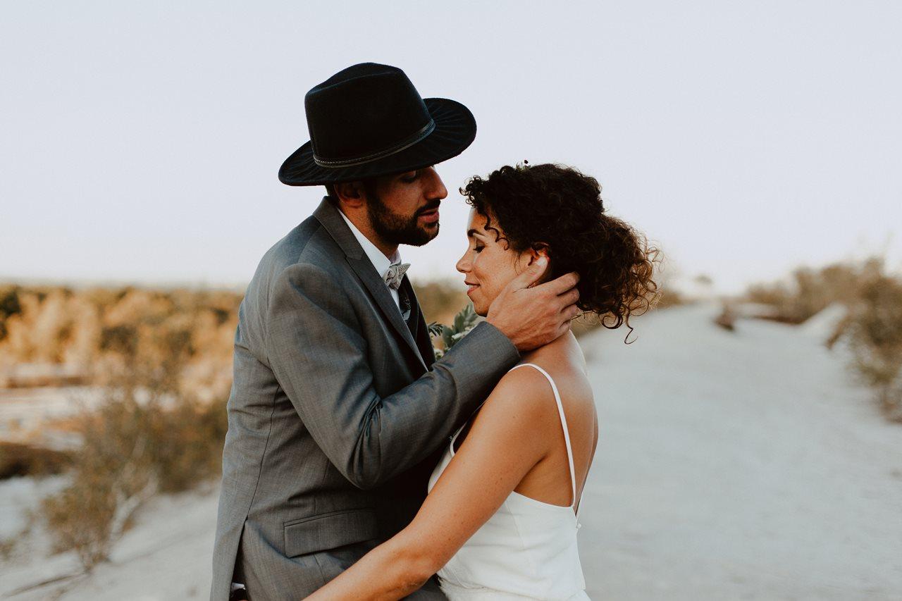 mariage nude désert mariés photo de couple
