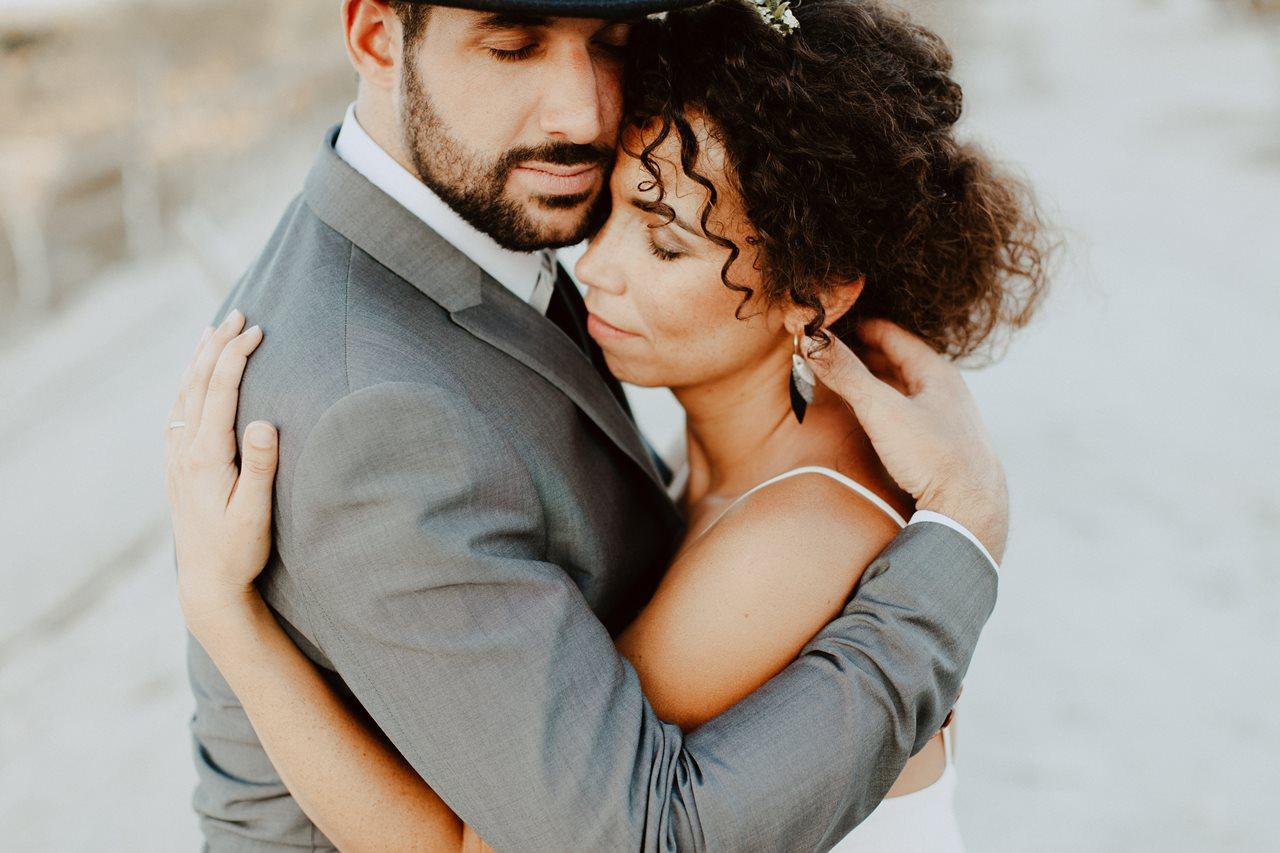 mariage nude plage portrait mariée calin