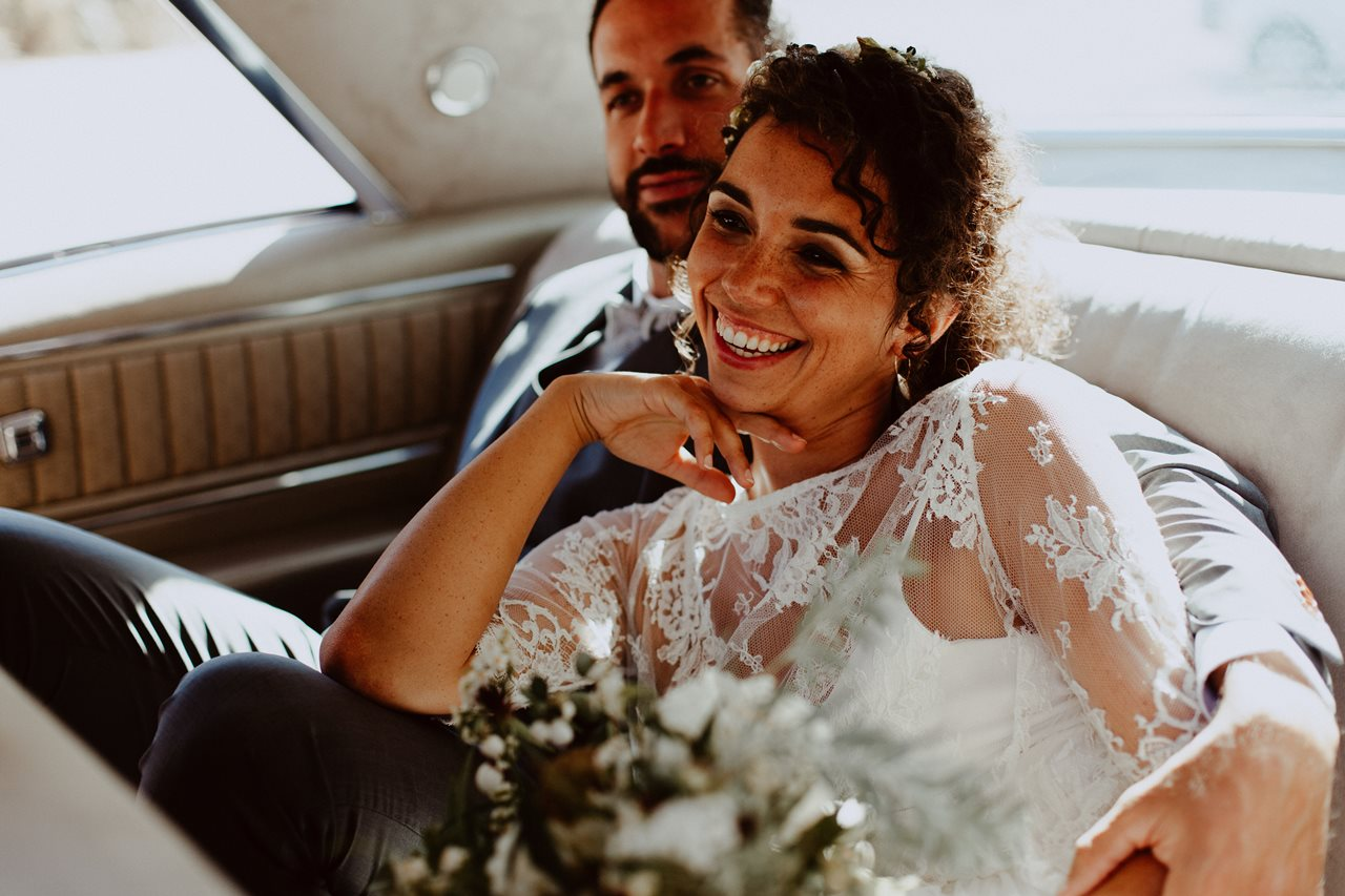 portrait femme mariée sourire dans voiture buick electra 225