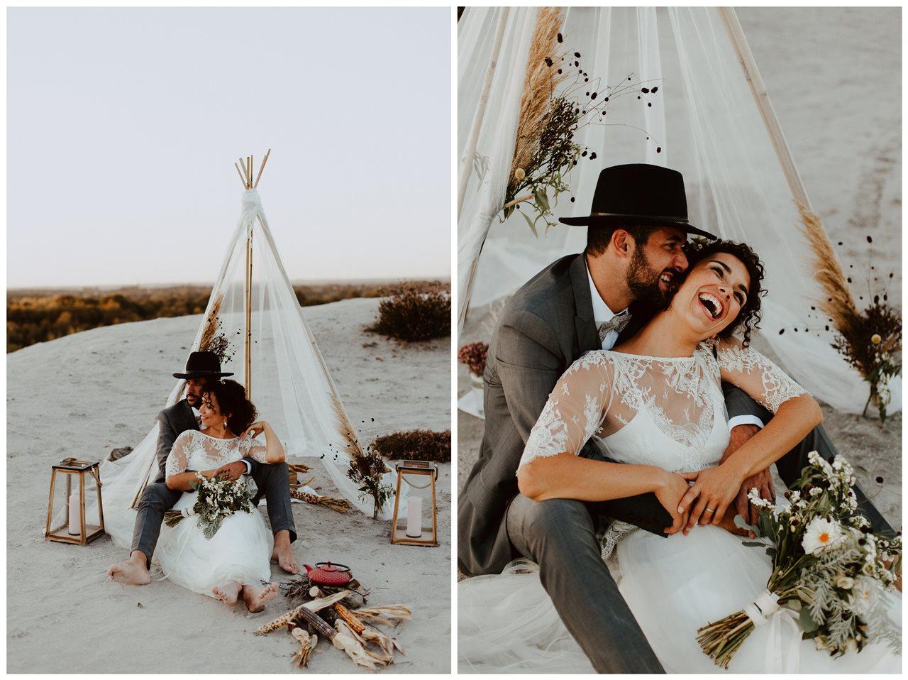 mariage nude plage tipi portrait mariés assis rire complicité couple