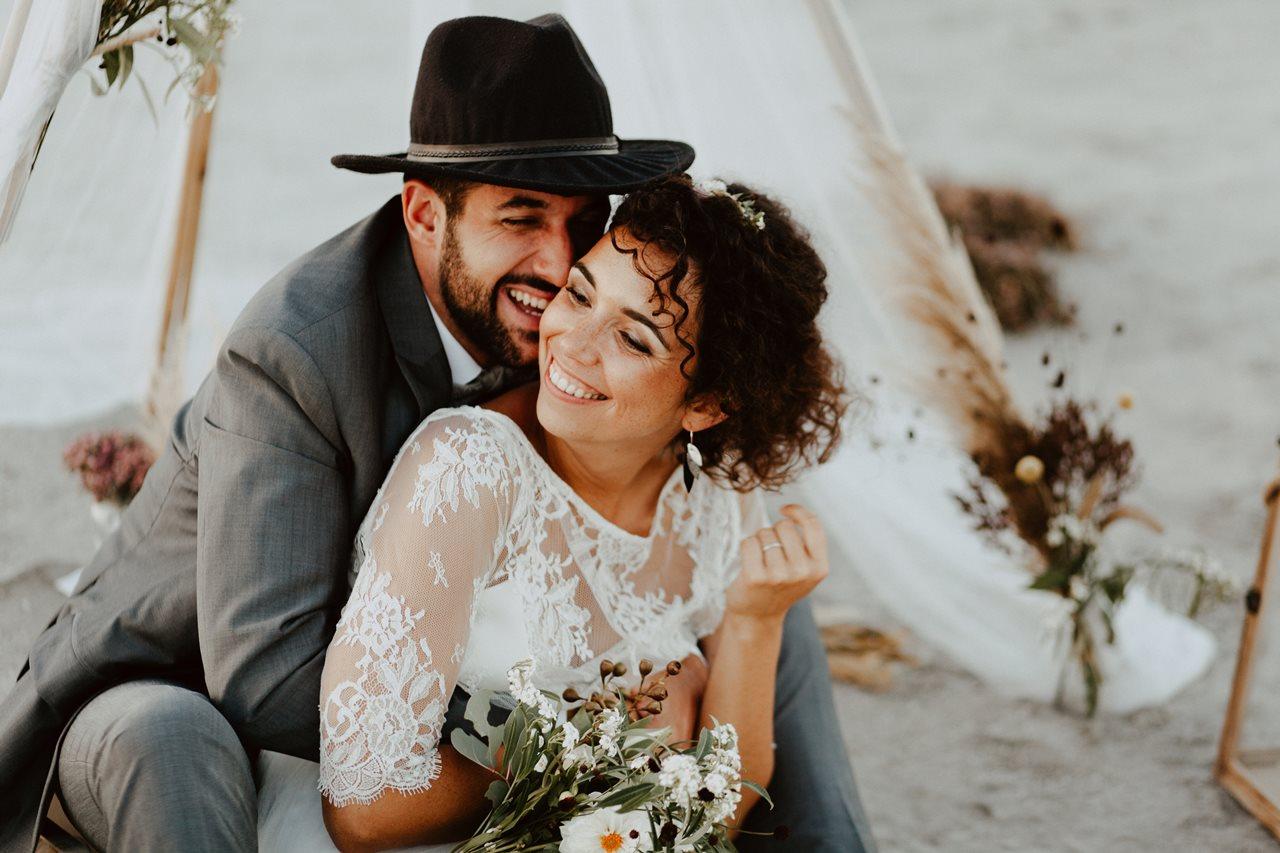 mariage nude plage tipi rire mariés