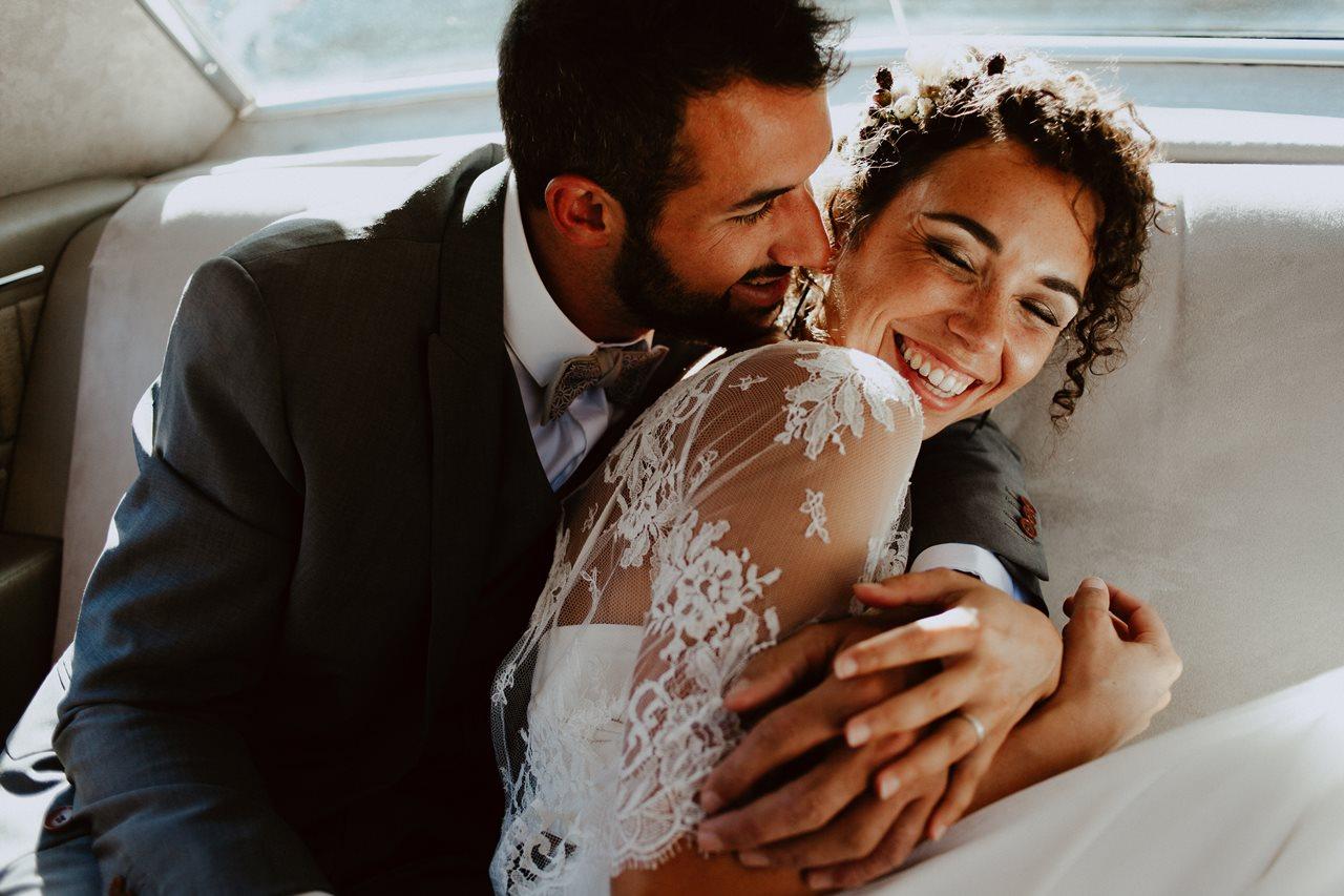 mariage mariés séance couple voiture rires