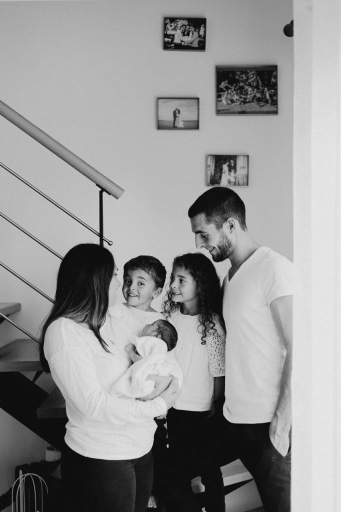 séance famille nouveau-né lifestyle portrait parents enfants rires noir et blanc