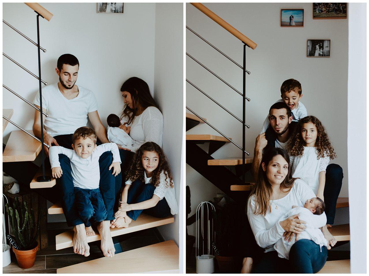 séance famille nouveau-né lifestyle portrait parents enfants escalier